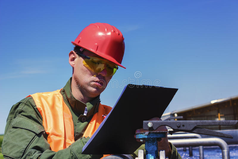 工作者监测水滤清 免版税图库摄影