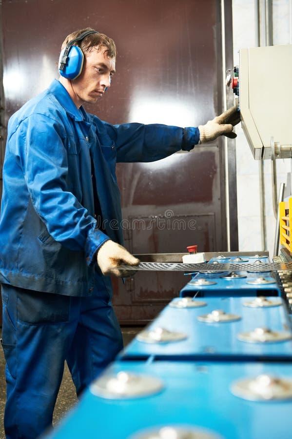 工作者运行的断头台剪设备 免版税库存图片