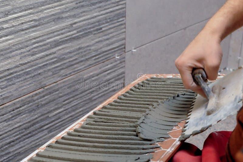 工作者适用于胶浆瓷砖 免版税库存图片