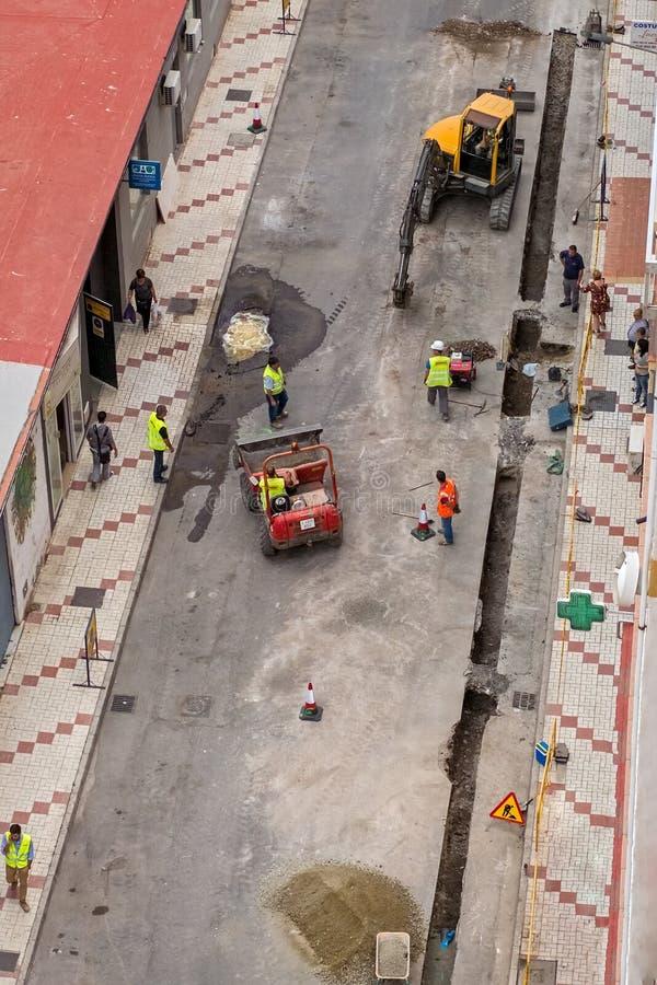 工作者队工作修理一条残破的水管  免版税库存图片