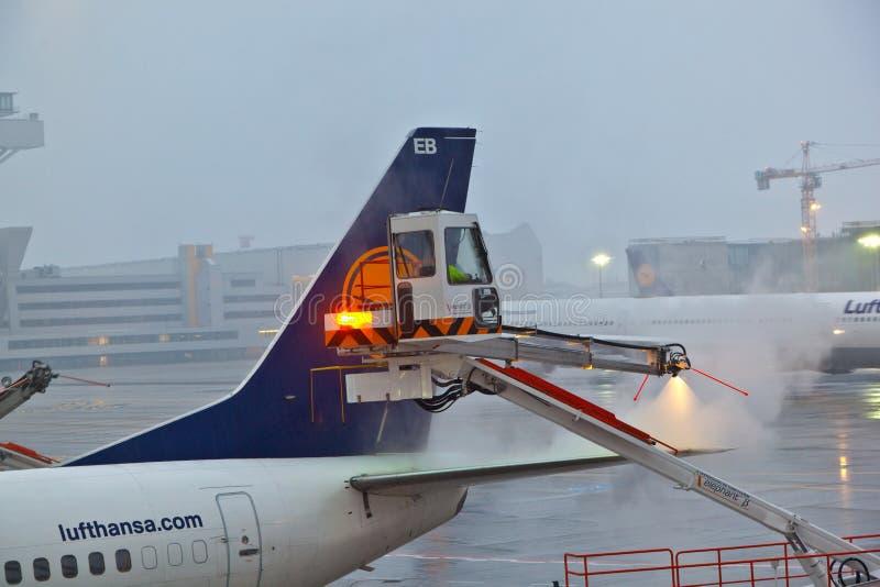 工作者除冰平原的翼 免版税库存图片