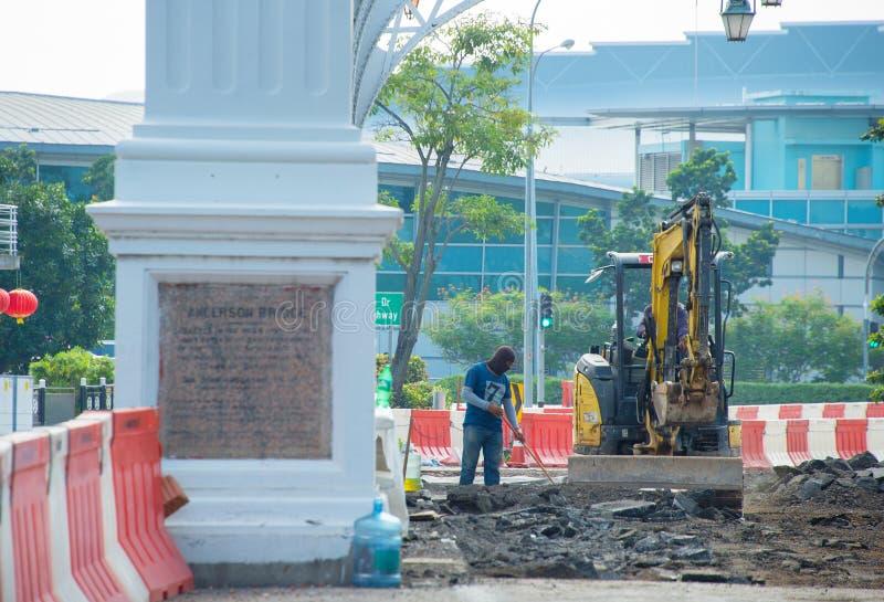 工作者,挖掘机,新加坡街道rennovation 图库摄影