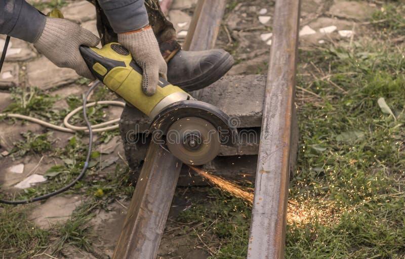工作者,裁减铁通报看见他是一位专业锁匠 免版税图库摄影