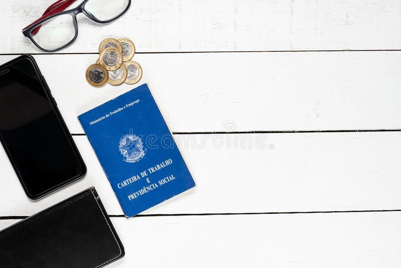 工作许可、皮革、笔记薄、手机、玻璃和某一Brazi 免版税库存照片