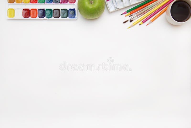 工作过程空白水彩纸垫、水彩绘画供应、刷子和五颜六色的铅笔顶视图  创作处理o 免版税库存照片