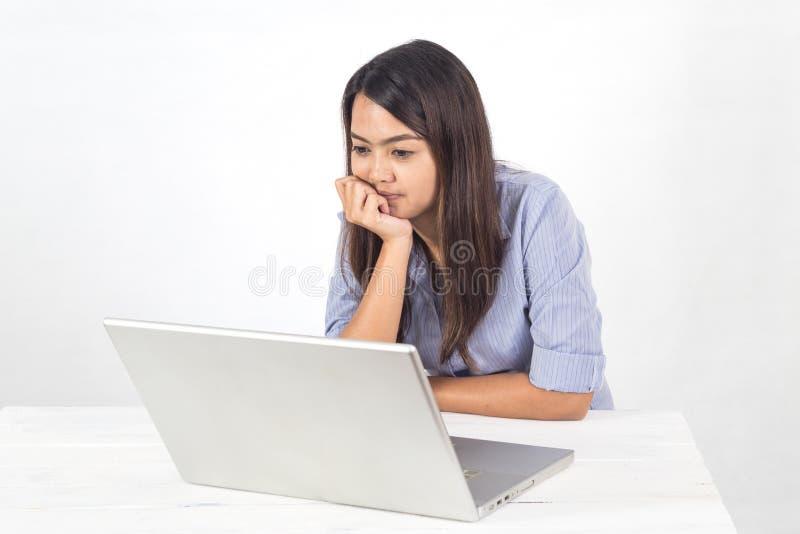 年轻工作通过使用笔记本的企业亚裔妇女在办公室 库存照片