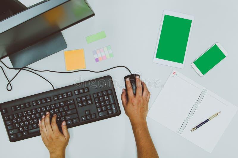 工作通过使用计算机的商人,当在笔记本时的备忘录 图库摄影