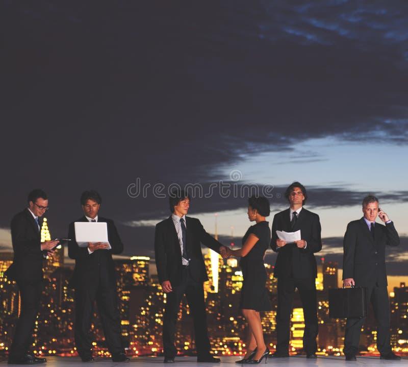 工作通过黎明通信概念的商人 免版税库存照片