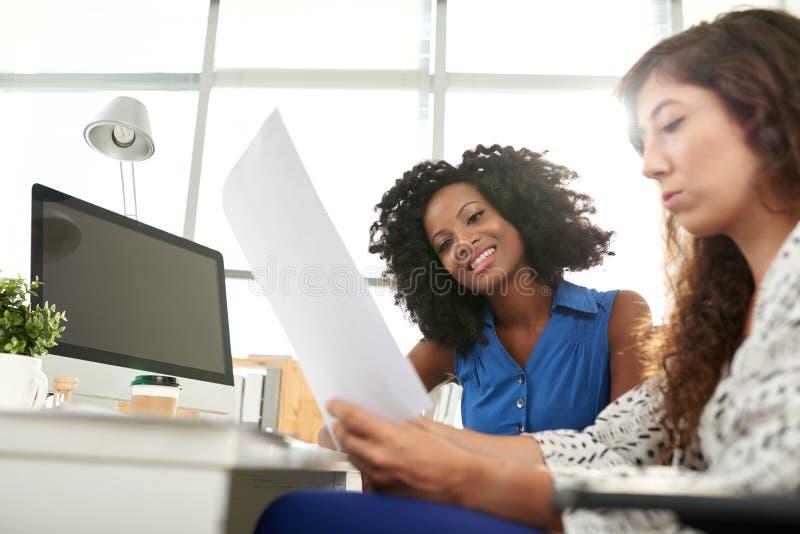 工作集中的可爱的经理 免版税库存图片