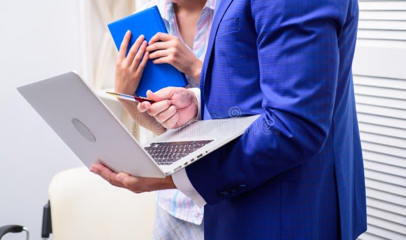 工作雇员 有年轻愉快的同事时间 企业同事有工作在办公室 库存图片
