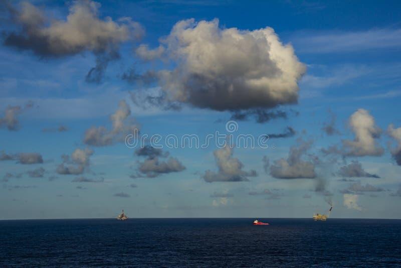 工作面积近海处在公海、石油工业和美好的天和日落,平台 免版税库存图片