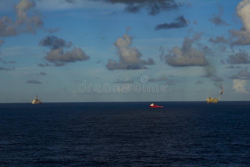 工作面积近海处在公海、石油工业和美好的天和日落,平台 免版税图库摄影