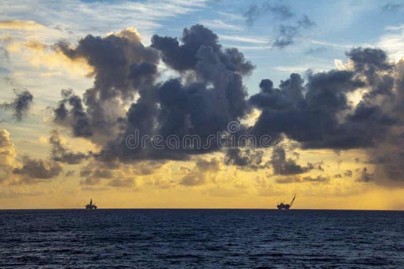 工作面积近海处在公海、石油工业和美好的天和日落 库存照片