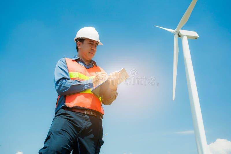 工作风轮机驻地的一位工程师,包缠enegy概念 免版税库存照片