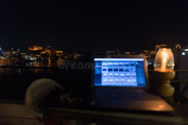 工作,当旅行,数字式游牧人时的概念 在桌上的膝上型计算机有风景全景在夜之前 着重背景 库存图片