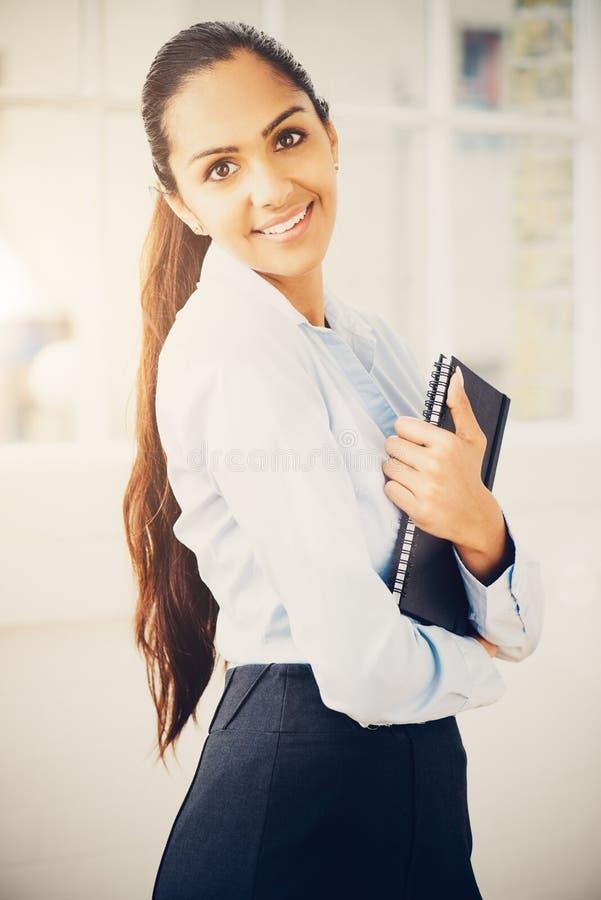 工作从家的可爱的印地安女实业家画象  免版税库存照片