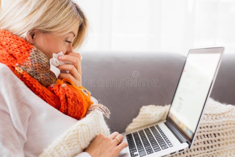 工作从家的病的妇女 库存照片