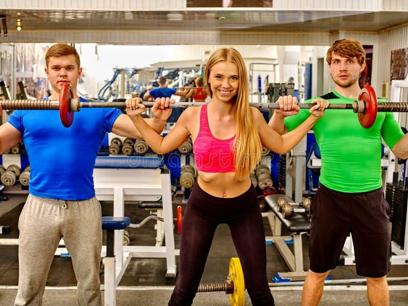 工作他的胳膊和胸口的妇女在健身房 图库摄影