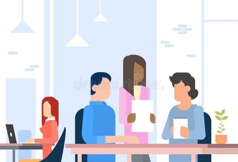 工作Coworking中心开放办公室空间的人们 皇族释放例证