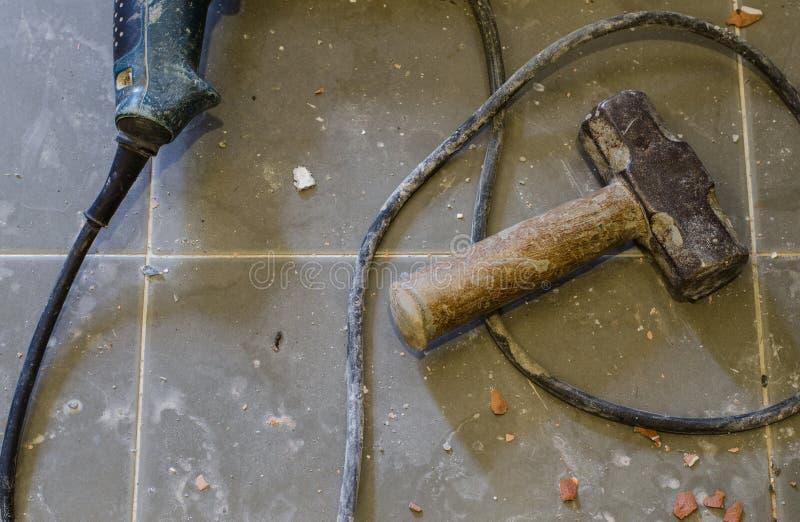 工具供应 金属在铺磁砖的地板上的大锤 免版税库存照片