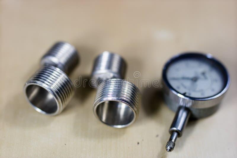 工具和测量的辅助部件在一张木车间桌上 梅基 库存图片