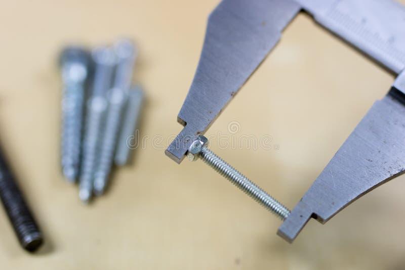 工具和测量的辅助部件在一张木车间桌上 梅基 库存照片