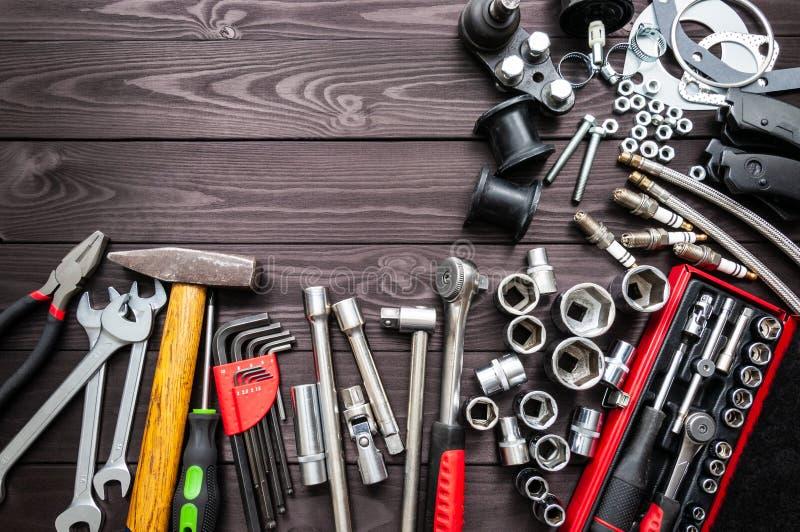 工具和自动备件在木工作凳 复制空间 免版税库存图片
