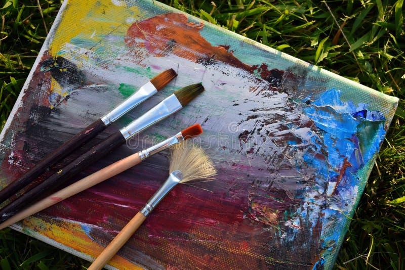 工具和艺术家的辅助部件 刷子、调色板和写生簿画的 免版税库存照片