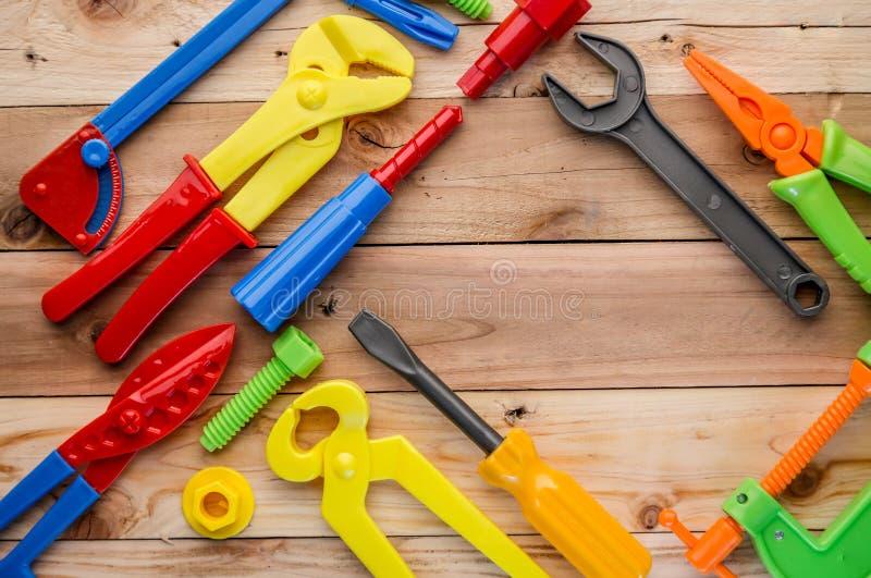 工具和仪器玩具在木纹理 免版税库存照片