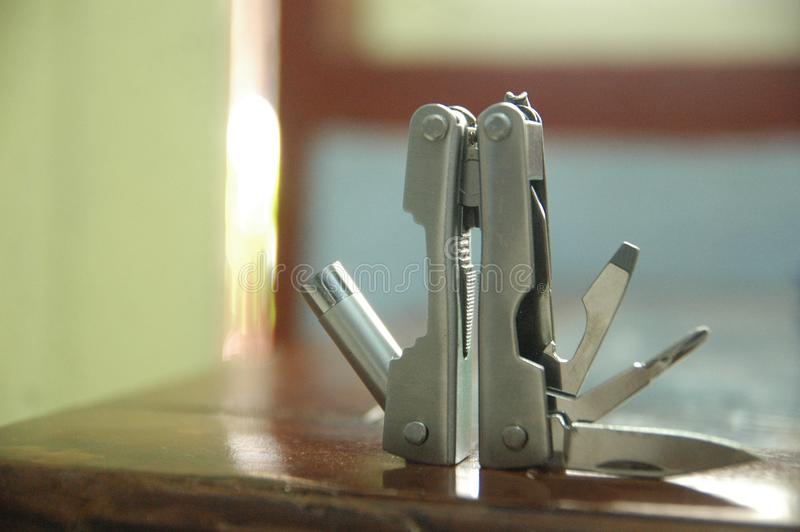 工具扩展了工具和钳子蓝色背景-唾手可得-紧凑关闭 库存照片
