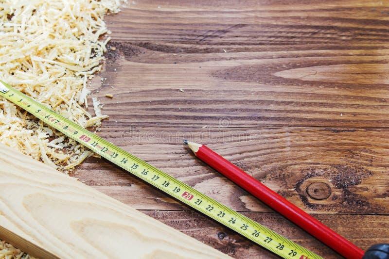 工具木匠统治者、凿子、铅笔、锯木屑和削片 免版税库存照片