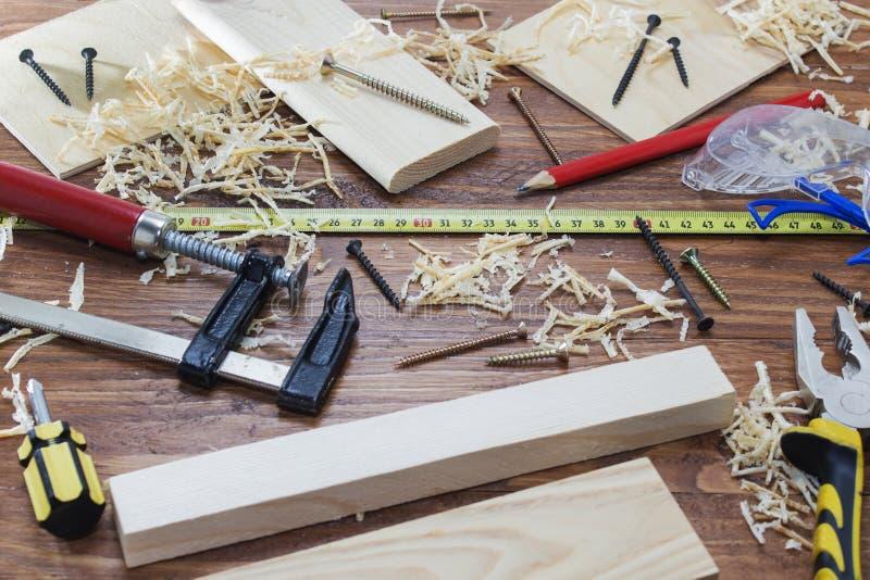 工具木匠统治者、凿子、铅笔、锯木屑和削片 库存照片