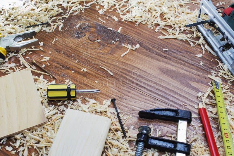 工具木匠统治者、凿子、铅笔、锯木屑和削片 免版税库存图片