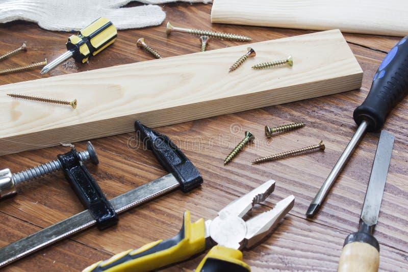 工具木匠统治者、凿子、铅笔、锯木屑和削片 图库摄影