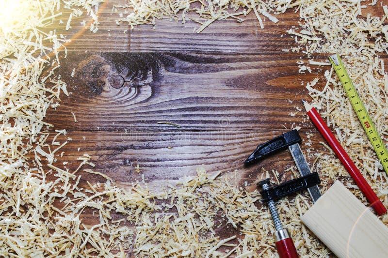 工具木匠统治者、凿子、铅笔、锯木屑和削片 库存图片