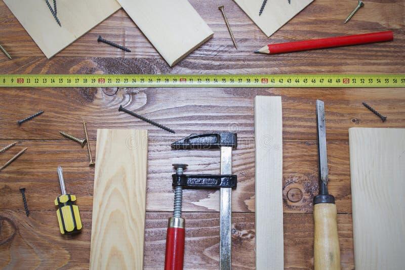 工具木匠统治者、凿子、铅笔、锯木屑和削片 免版税图库摄影