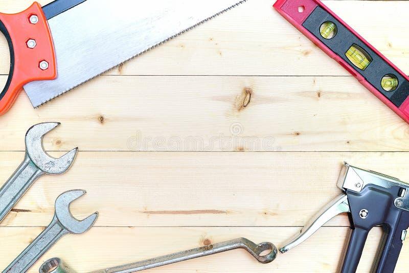 工具的各种各样的类型在木背景的 免版税库存图片