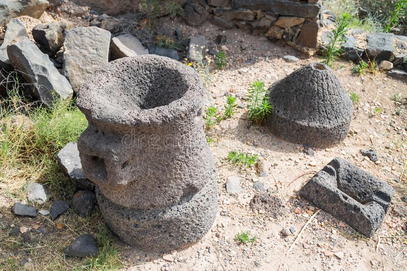 工具遗骸在古老犹太市的废墟的罗马Em的军队戈兰高地的Gamla毁坏的  免版税库存照片