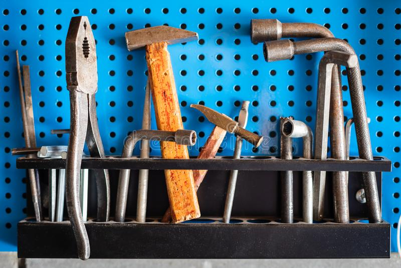 工具:老锤子 扳手,钳子 免版税库存照片