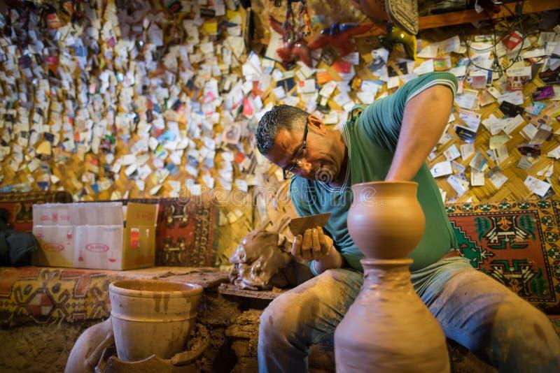 工匠做瓦器 免版税图库摄影