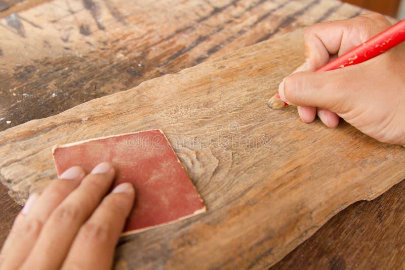 工匠和木制品工具在工作地点 库存图片