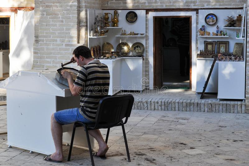 工匠在一家商店工作在布哈拉 库存图片