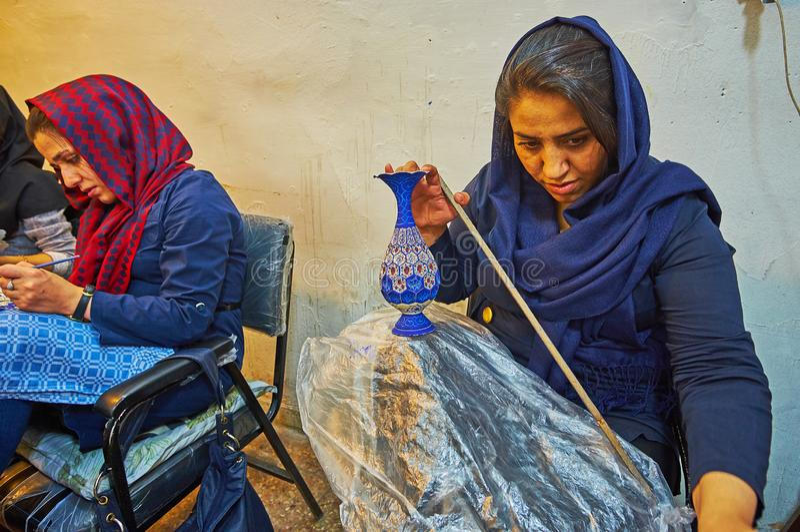 工匠在陶瓷车间,伊斯法罕,伊朗 免版税库存照片