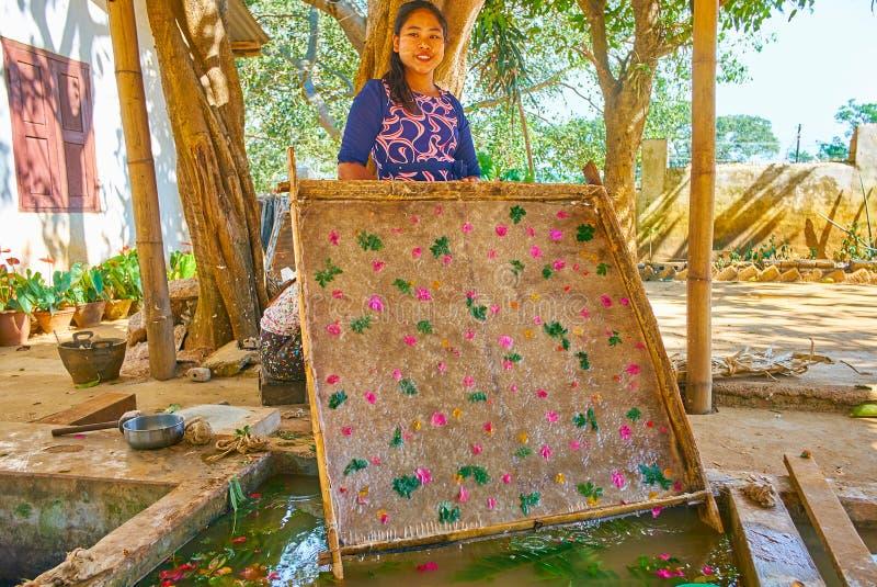 工匠画象有未加工的单老纸的,Pindaya,缅甸 免版税库存照片