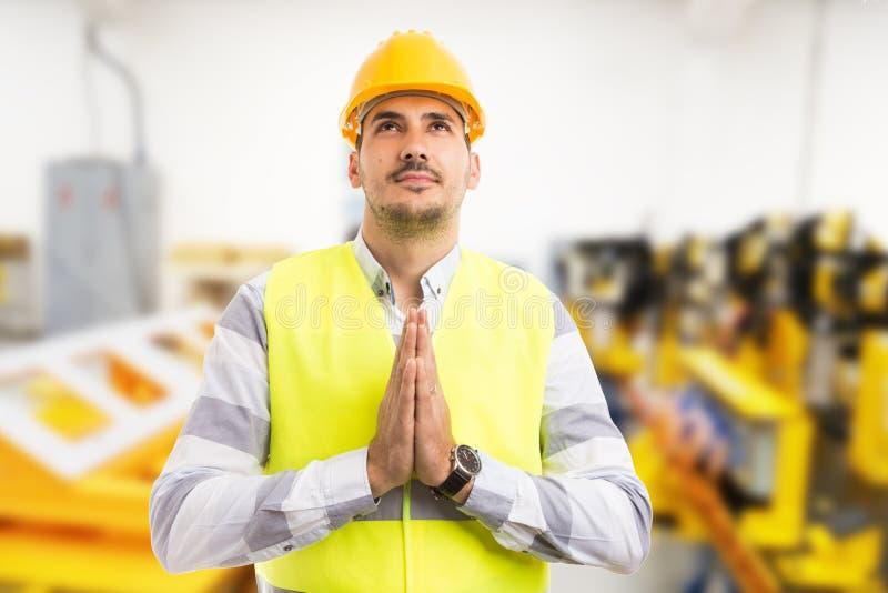 工厂劳工技术员或工程师祈祷的姿态 库存图片
