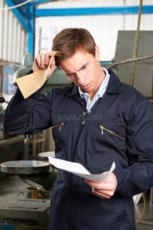 工厂劳工读书多余信件 免版税库存照片