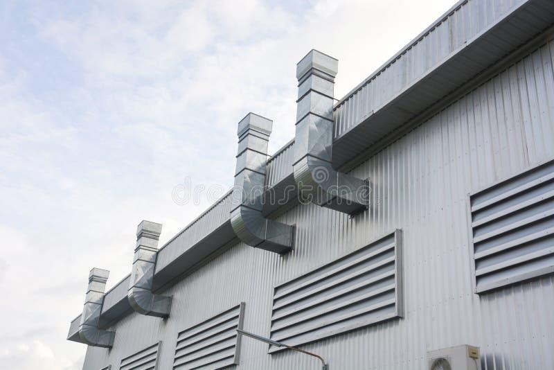 工厂厂房的金属板与空气管道和工厂通风系统  免版税库存图片