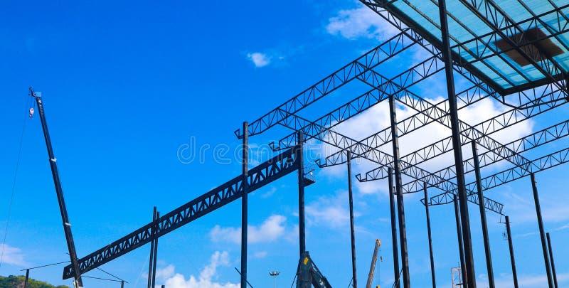 工厂和仓库建筑业的金属钢和铝框架结构 免版税库存照片