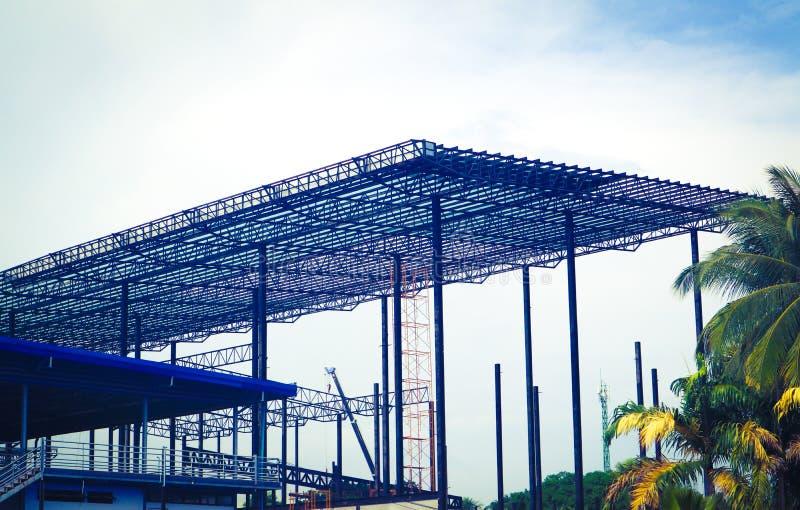 工厂和仓库建筑业的金属钢和铝框架结构 库存照片