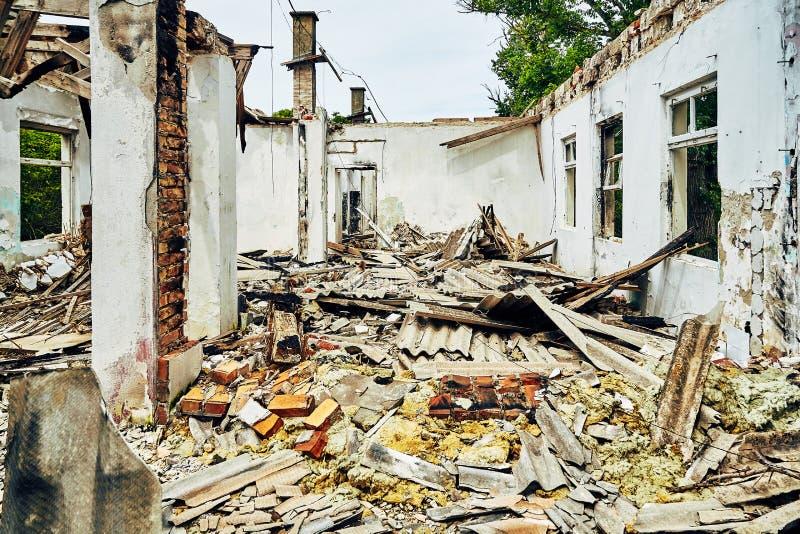 工厂大厅的被毁坏的内部有残骸和瓦大大量的,没有天花板、屋顶和窗口 免版税库存图片